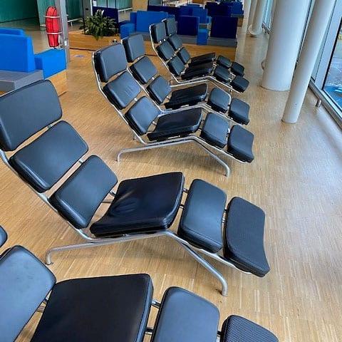 120 stoelen bekleed met zwart leer